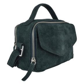 Den klassiske Emma taske fra Daniel Silfen. En rummelig hverdagstaske med et stort rum som kan indeholde pung, nøgler, telefon og solbriller. Bagpå tasken er der et mindre lynlåsrum, og under flappen på taskens forside finder du endnu en lille lomme.   Der er lidt pletter på forsiden af tasken som kan fjernes!