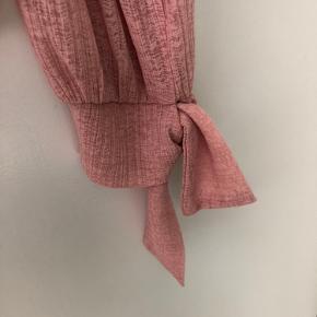 Let lækker bluse fra Pieces. Båndene ved ærmerne kan bindes.  Brugt 1 gang, fejler intet.