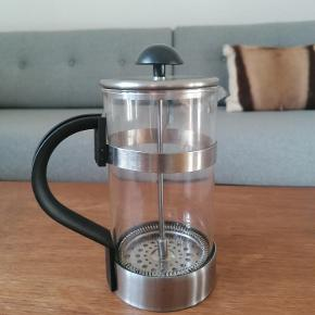Stempelkande til kaffe fra IKEA.  Brugt en gang.  Højde: 19 cm Diameter: 10 cm Udgået model. 1 L. Kan gå i opvaskemaskinen. Kan afhentes i Esbjerg eller sendes på købers regning og ansvar.