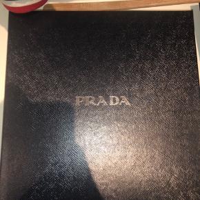 Prada æske sælges. Den er helt ubrugt. Kommer fra at have bestilt bøllehat fra Pradas hjemmeside.   Box - æske