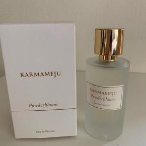 Karmameju powderbloom. 50 ml. Brugt ganske lidt, desværre ikke mig alligevel.  (Nypris 699,-)