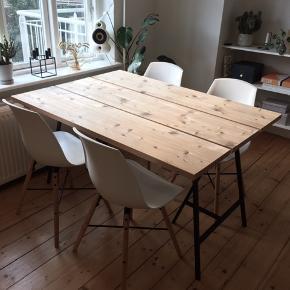 Enkelt og unikt hjemmelavet plankebord med sorte ikea ben.