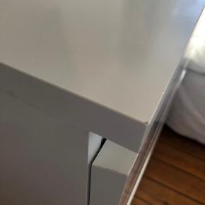Hvid IKEA kommode fra malmserien 80cm bred 48cm dyb & 100cm høj To mindre slidmærker, som kan ses på billederne Kan afhentes i Egaa (nord for Aarhus)