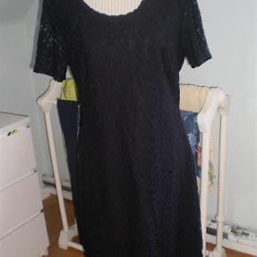 Varetype: Kjole NY Farve: Pitch Black Oprindelig købspris: 700 kr.  Super fin kjole.  Str 42  Måler nakke og ned 95 På tværs af bryst 50  Materiale: Bomuld og Nylon