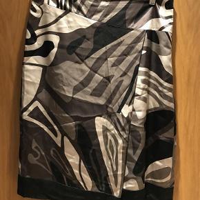 EKSTRA NEDSAT!!! Silkenederdel fra Stills med super flot grafisk mønster i farverne sort, mørkebrun, lysebrun, beige. Et lille læg/overlap foran. Lynlås i siden. Sidder flot og er rigtig behagelig at have på.  Mål:  Talje ca. 84  Hofte ca. 100  Længde ca. 66  Silkenederdel - flot grafisk mønster Farve: Brune,   Sort,   Sand Oprindelig købspris: 1600 kr.