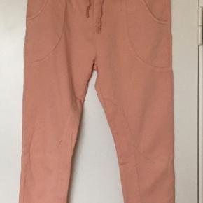 Anderledes Please jeans. Meget stræk i stoffet. Oplagt til en storskjorte. Tænker de er en mellemting mellem jeans og leggings  Husk at kigge på mine andre annoncer