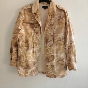 Camouflage denim jakke i sand farver. Der er nogle få pletter ved lommen, men det ser man ikke når jakken er på.