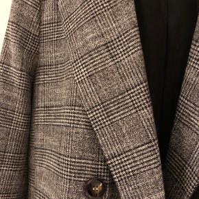 Dobbelt radet blazer. Oversize model. Brugt meget lidt. Foret.