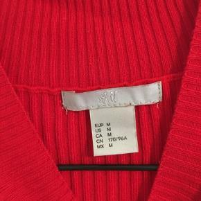 Rød bluse fra H&M Brugt, men stadig pæn i farven