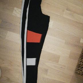 Reebok tights - store i str. Passes af en small   Bud modtages. Ved køb af mere end et produkt, er der mulighed for mængderabat