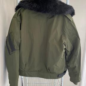 Women's Kassy Shell And Faux-fur Bomber Jacket købt i FF2. Kvittering haves.   Ny pris var 5500kr og grundet den gode stand vil jeg gerne så tæt på nypris som muligt. Jeg går ikke under 2000kr 😊  Se også mine andre annoncer☀️