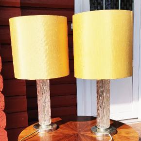 To ældre flotte glas lamper fra 1960'erne i god stand uden skår. Skærmen har lidt patina men kan erstattes med en glødepære. Højde ca 62 cm
