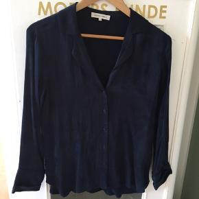 Smuk skjorte i det blødeste inderstof. Silky look med let blomstermotiv på ydersiden