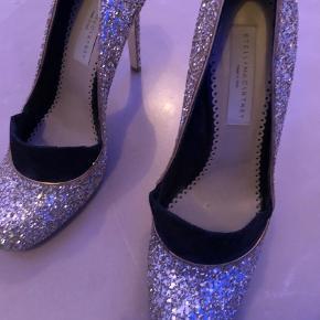 Varetype: Heels Farve: Guld Prisen angivet er inklusiv forsendelse.  Brugt 1 gang Perfekt party heels 🎊