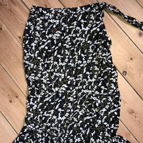 Fin slå-om-nederdel m. blomsterprint fra Envii, BYD