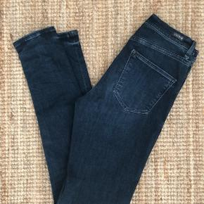 Bløde Skibby Jeans passer en lille 38 og har desværre et lille hul ved bælte loop