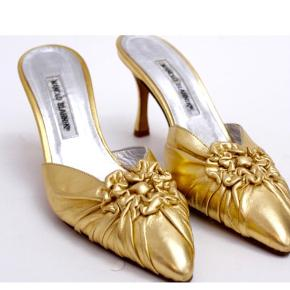 Så fine GULD heels - de er i god stand, dog mindre rifter i hælen pga. de Københavnske brosten, kan dækkes af guld neglelak