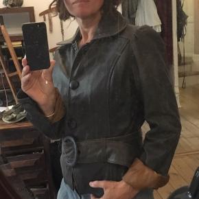Numph feminin skindjakke / læderjakke str 40. Længde 59cm bryst 2x52cm 400kr