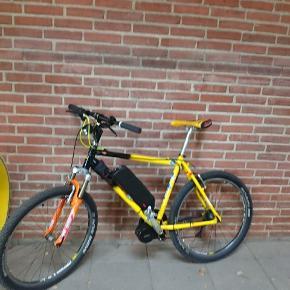 El-mountainbike. Jeg har monteret en krankmotor fra bafang på 250w og et batteri på 15ah. Cyklen kan køre 70km. på en opladning og kan nemt opsættes til at køre med en topfart på 25 km/t eller 45 km/t. Cyklen er hjemmebygget med shimano XT geargruppe og rockshox Judy luftforgaffel. Dækkene og kæde/tandhjul er nye. Styret kan hæves og sænkes alt efter hvilken kørestilling man ønsker.    - Der kommer flere billeder