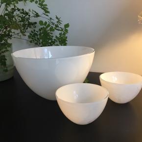 Fin hvid Holmegaard Cocoon glasskål i str. 20 cm i diameter. Kun stået til pynt, stand som ny. Nypris 500kr.  Der medfølger 2 små hvide Holmegaard Cocoon skåle i str. 10 cm i diameter. De er kun brugt enkelte gange men opvaskemaskinen har lavet skjolder i den hvide farve.  Kun afhentning.