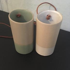 100kr FOR TO!  Jeg sælger disse fine hænge vaser i keramik. Den ene er med farven grøn og den anden med knækket-hvid.  De kan hænges op eller bruges stående.  De måler 12cm.