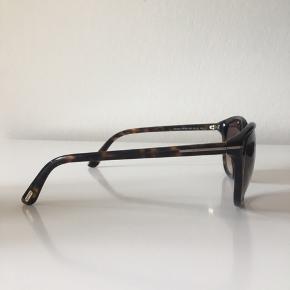 Flotte solbriller som jeg desværre ikke får brugt. Fejler intet, ingen ridser eller andet. Har tabt mit etui på vej ud af en bil, så det følger desværre ikke med. Har sådan et lomme-etui i kraftigt stof, som gives med i stedet😊 Nypris: 1451,-. Model Karmen. Str. M.