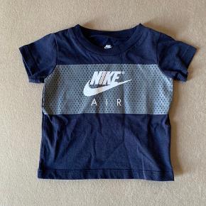Helt ny lækker t-shirt  Fra The Nike tee  Str 12-18 mdr  Aldrig brugt, mærket kun pillet af