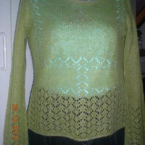 Varetype: Trøje Farve: Limegrøn  Dejlig blød, varm og super let trøje, med flot hulmønster og sølv tråde i kanterne. Ærmerne er lidt trompet formet. Super flot trøje. Længde 53 Brystmål 51x 2 cm Talje 49 x 2 cm Hofte 54 x 2 cm