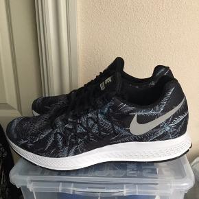 Smarte sort / grå printede Nike air zoom pegasus 32 i str 44 sælges . Aldrig brugt. Nike logoet virker som refleks. Det er en letvægt sko. Sælger ud af min samling af Nike sko. Køber betaler fragt.