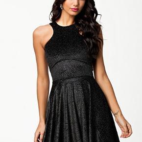 Smuk swing kjole med glimmer. Str xs  Afhentes i Glostrup eller sendes 📦 Se flere ting på min profil - følg gerne 🌼🐝