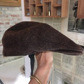 Major, kasket brun fiskebensmønstret uld, str. medium. Hovedomkreds ca. 58cm. Pæn stand. 75kr Kan hentes Kbh V eller sendes for 38kr DAO