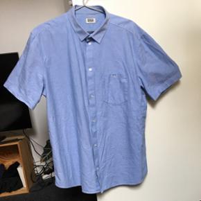 Lyseblå kortærmet skjorte fra Weekday. Brugt meget lidt, så i super stand.