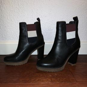 Super lækre Hilfiger støvler i str 38, har haft dem på 1 gang. Sælges da de er for høje til mig og ikke får dem brugt alligevel :-( Hælen måler 10 cm - plateau måler 3 cm.