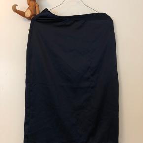 Fin og elegant Neo Noir satin-agtig nederdel. Løs tråd på fronten som skaber en lille ujævnhed der ses på billede 2, men pga stoffets struktur ses det ikke særlig tydeligt 💙