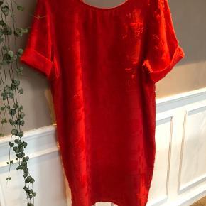 """Fin kjole i klar rød med """"bløde"""" detaljer, rund hals foran og bred v-udskæring på ryggen samt opsmøg på ærmerne. Almindelig i størrelsen.  Mindstepris 200,- pp Bud herunder ignoreres!  BYTTER IKKE!"""