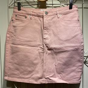 Jeans nederdel i lyserød - der er en smule stretch i stoffet