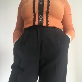 Fin orange bluse med, mesh detalje foran. lidt lille i størrelsen, men i et strechy materiale. 100% viskose