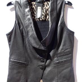 Varetype: skind vest Farve: sort Oprindelig købspris: 1499 kr.  Lækker vest, som er i det blødeste skind, og bredt elastik på ryggen  Brystvidde 2 x 47 cm  Længde 56 cm