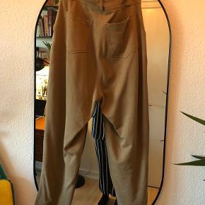 H&M bukser i str M men store i størrelsen!  Bukserne har en beige sandfarvet Camel farve. De har et fedt højtaljede snit og gode lommer.