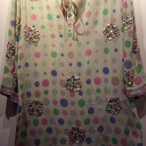 100% silke tunika med flotte sten i rosa og lysegrønne nuancer.  Længde 87 cm Brystmål 108 cm Ærmelængde 46 cm