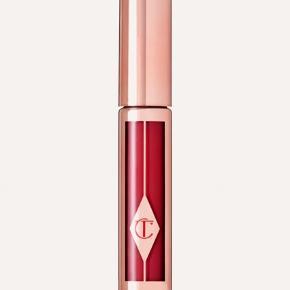 Flere af den britiske make-up artist Charlotte Tilburys make-up produkter er blevet klassikere, og Hollywood Lips er godt på vej til at blive det.  Det er en flydende, højpigmenteret læbestift, som giver det helt perfekte matte look. Farven er Screen Sirene, som er en rubinrød nuance.   Ny og helt ubrugt, stadig i æske. 6,8 gr. full size, nypris £25 eller ca. 200 DKK.  Sælges for 100 kr. + porto (10 kr. som B-brev ved handel via mobilepay)  Bytter ikke.