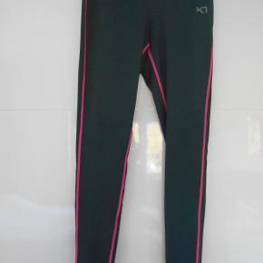 Flotte Lange tights der har været brugt to gange. Farven grå og pink.  Snøre i livet. Indvendig lille lomme.  Livvidde: 76 cm  Indvendig benlængde: 68 cm  Består af: 89 % polyester og 11 % elastine.  Sendes med DAO. Har mobilpay.