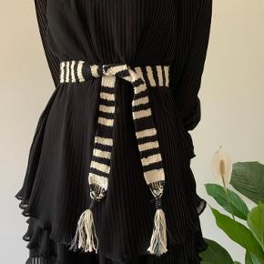 Kun brugt 1 enkelt gang. I god stand. Enkelte tråde Stritter frem, men dette er en del af bæltets fede og rå look.  Fungerer både som bælte i taljen på en kjole, eller i et par højtaljede bukser.  Mærket er klippet af💎  Fulde længe: Ca. 145 cm