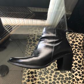 Varetype: Heels Farve: Sort Oprindelig købspris: 1400 kr.  Gardenia sort skind str. 39, brugt få gange. Byd  - Bytter ikke. Hæl 7,5 cm