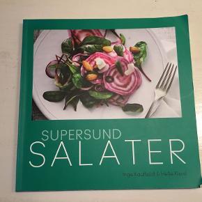Supersund salater - Hæftet, dansk - 146 sider.  Inspirerende kogebog med opskrifter på spændende og kalorielette salater. Her er mere end 200 opskrifter på salat som tilbehør og som selvstændige måltider til frokost og middag.  Brug bogens mange opskrifter til at forny repetoiret af kedelige standard salater til sunde, varierede, velsmagende og slankende måltider.  Bogen indeholder også et motivationsafsnit, der hjælper læseren til at begynde eller fastholde et vægttab.  Bagerst i bogen er der kalorieberegninger og afkrysningsskemaer i henhold til De Danske Vægtkonsulenters kostprogram.  Se også mine andre annoncer og spar evt. på portoen :)