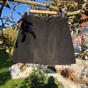 Nederdel i imiteret ruskind med lynlås 🪐