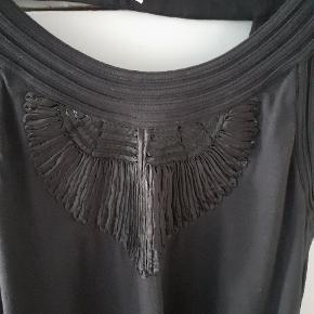 Kort kjole med meget smukt bryst og bar ryg