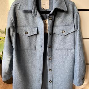 Helt ny oversize skjortejakke Sælges kun da jeg har fortrudt købet, og den bare hænger i skabet  Jakken er en xs/s, men kan sagtens passes af en m/l, alt efter hvor løst man kan lide jakken sidder