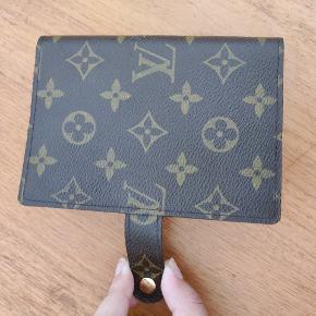 Købt brugt på Trendsales for 1,5 år tilbage for 1000 kr. Sælger denne for 700 kr. Louis Vuitton agenda, small. Har fået en ny og ligger derfor bare. Intet medfølger. Køber betaler fragt.