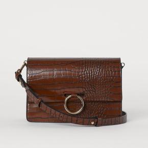 Udsolgt taske fra H&M. Aldrig brugt. Sælges ikke under nyprisen som er 250kr. Bud under ignoreres.  Afhentes i Århus C eller sendes mod betaling.  Handler over mobilepay